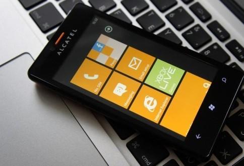 Alcatel ya se plantea fabricar terminales Windows Phone en su gama de entrada